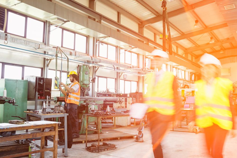 Industriarbetare med skyddsvästar