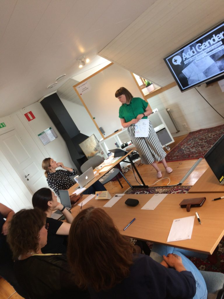 Konferensrum-med-utbildare-och-deltagare