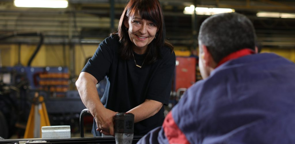 Kvinna arbetar i verkstad